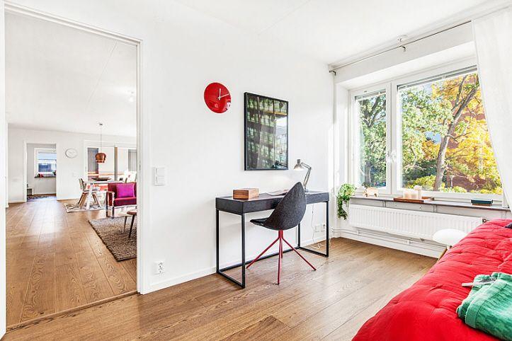 Arbetsrum, barnrum, eller gästrum med lyxiga 1-staviga golv i Riksbyggens Brf Landmärket, Sundbyberg.