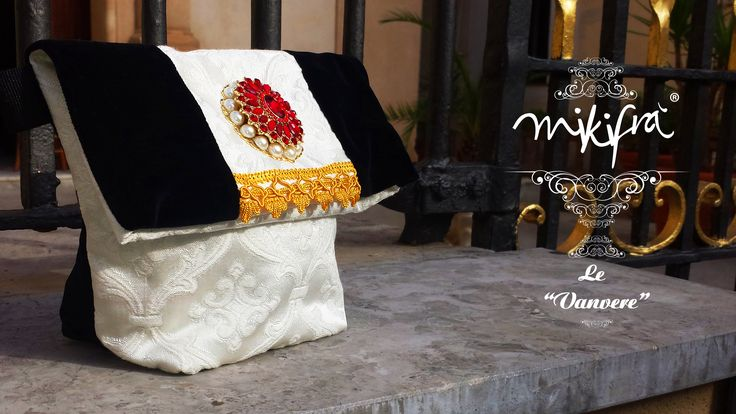 Pochette, Le Vanvere di Mikifrà. La Domenicana: Mini Bag in velluto nero e damasco bianco. Passamaneria dorata e gioiello centrale in pietre rosse e perle.