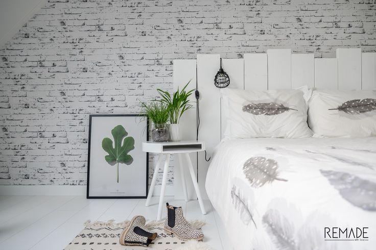 Mooi: witte slaapkamer; hoofdeinde bed; HKliving lab lampje; Zuiver hide & seek bijzettafel als nachtkastje; planten in de slaapkamer [styling & fotografie door @remadewithlove].