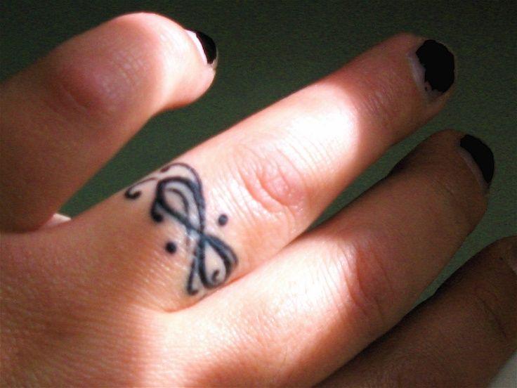 photo tattoo feminin doigt bague