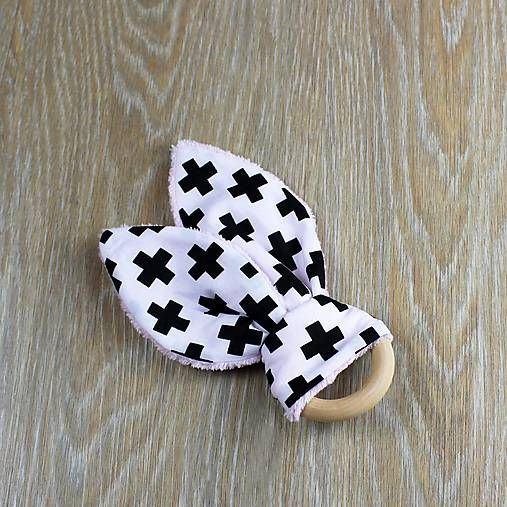 Štýlové uškaté hryzadielko, pre všetkých malých lapajov.  Drevený krúžok je akurát do detskej ručičky a pomôže pri prerezávaní zúbkov. Pred použitím môžete na chvíľu vložiť do mrazničky. Ušká dieťatko zabavia a pomôžu pri precvičení jemnej motoriky.