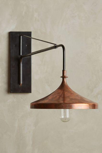 Lámpara de pared estilo industrial. Muy linda para poner de a 2: pueden ir enfrentadas o a cada lado de la cama, sillón, etc. Copper Wall Sconce - anthropologie.com