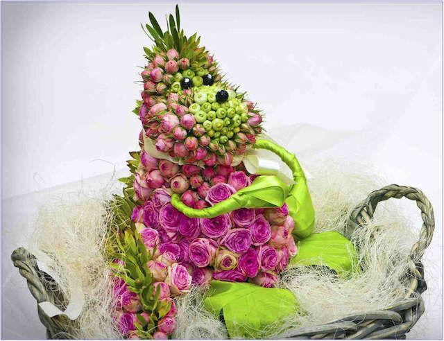 diseño creativo de arreglos florales con figuras de personajes animados
