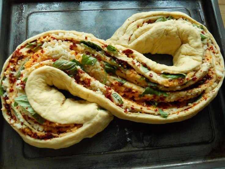 Godetevi questo splendido e gustoso intreccio mediterraneo......un pane soffice e profumato che colpirà anche per la sua forma unica!!!