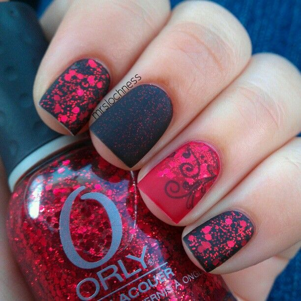 Fantastic example of using matte top coat. Love how vivid the red glitter is against the black background