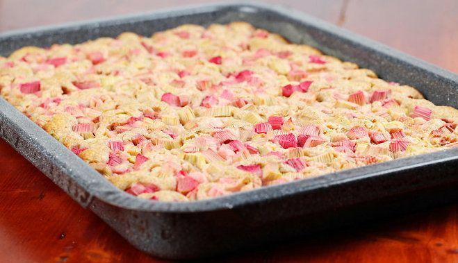 Пирог с ревенем и с корицей. 5 яиц, 250 г муки, 250 г сахара 10 палочек ревеня, сахарная, пудра, корица. Яйца, сахар и муку смешать и взбить в тесто. Ревень очистить от шкурки и нарезать кубиками. Смажьте противень. В форму положите ревень, посыпьте немного корицей и сахаром и сверху залейте тесто. Пирог поставьте в разогретую духовку и выпекать при 150 ° C около 30 мин. Готовый, слегка охлажденный пирог посыпать сахарной пудрой и корицей.