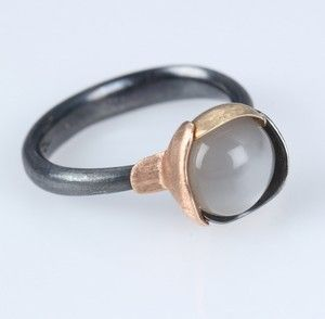 Lauritz.com - Ringe - Ole Lynggaard 'Lotus' ring nr. 1 af oxideret sterlingsølv med detaljer af tofarvet guld og månesten - DK, Vejle, Dandyvej
