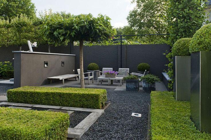 Moderne sfeervolle woontuin met strakke lijnenspel for Moderne kleine tuin