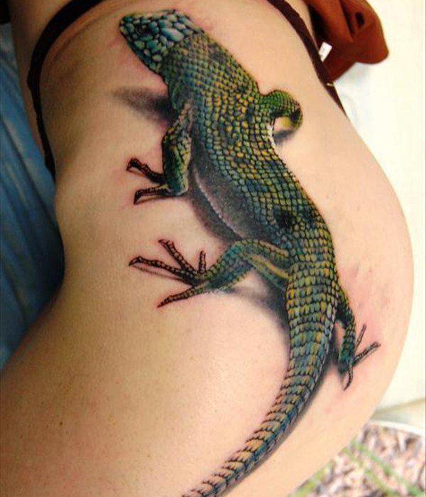 Татуировка на бедре девушки в стиле 3д - ящерица