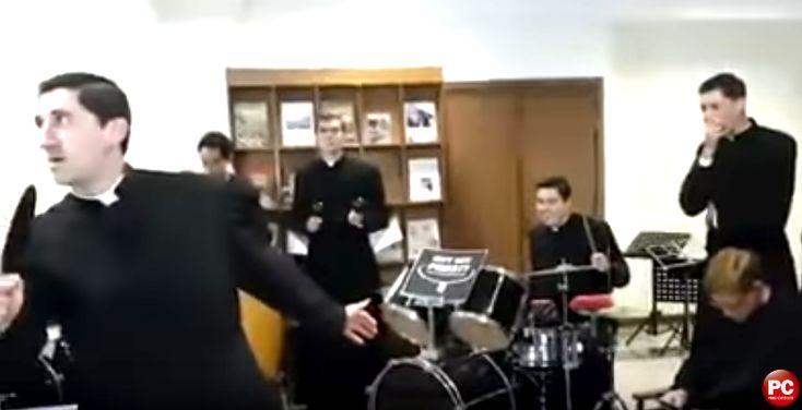 ¡ESPECTACULAR VÍDEO! Sacerdotes católicos realizan un impresionante 'Mannequin Challenge'