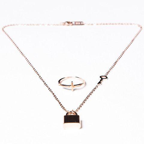 Conjunto de collar con candado y llave y anillo cruz