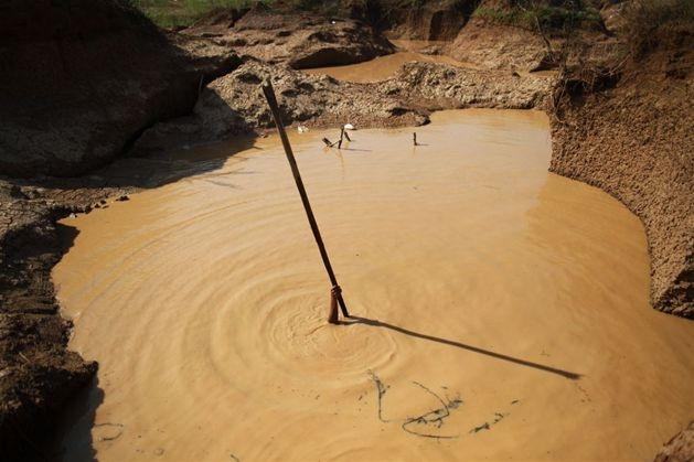 Amatorska kopalnia złota w miejscowości Panompa w Tajlandii, 17 lutego. Fot. Damir Sagolj / Reuters/forum