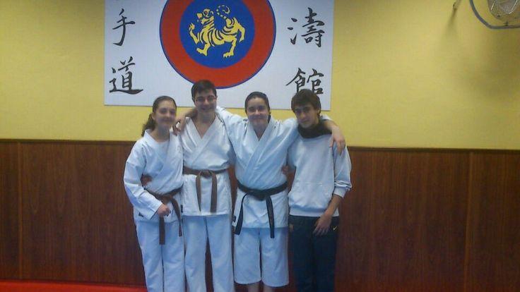 Rubén con algunos de sus compañeros de karate
