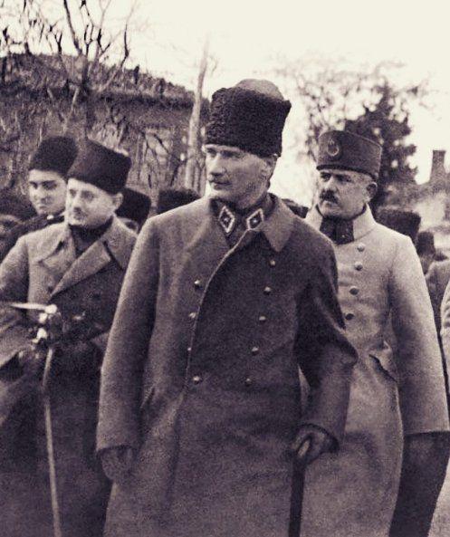 Mustafa Kemal'imiz, Tavşancıl istasyonunda indiği vagondan 25. Topçu Alayı'na doğru yürüyor. Muzaffer Kılıç, Mustafa Kemal, Kazım Karabekir