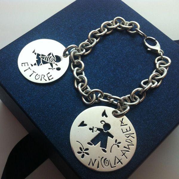 Un bracciale in argento con due dischi diversi che raffigurano le caratteristiche dei nostri figli!