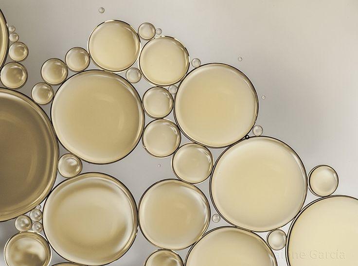 Colección de imágenes de abstracciones e interpretaciones fotográficas basadas en la tensión superficial que se manifiesta en determinados líquidos y el resultado que se obtiene al jugar con la iluminación.