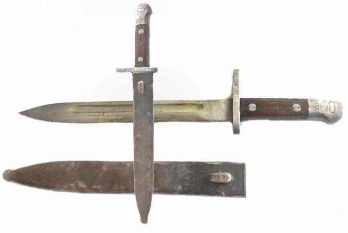 """Süngü 1935 turkse""""Mauser""""  Nadat Turkije decennia lang afgeleide of afgedankte bajonetten van andere landen (vooral Duitsland) in gebruik nam ontwikkelden ze met de M1935 een echte eigen bajonet. Nagenoeg alle exemplaren van deze bajonet zijn met """"ASFA"""" gestempeld. Dit staat voor """"Askari Fabrika"""" oftewel """"Militaire Fabriek"""" gelegen te Ankara. De M1935 past op alle Turkse Mauser-versies. Qua contouren is er een zeer grote gelijkenis met de verkorte versies van de M1890 bajonet. Ze kunnen het…"""