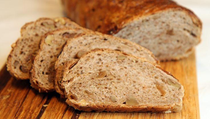 Fiken- og valnøttbrød er et brød som er spesielt godt til ost. Kanskje på tide å bytte ut kjeksen? Foto: Tone Rieber-Mohn / NRK