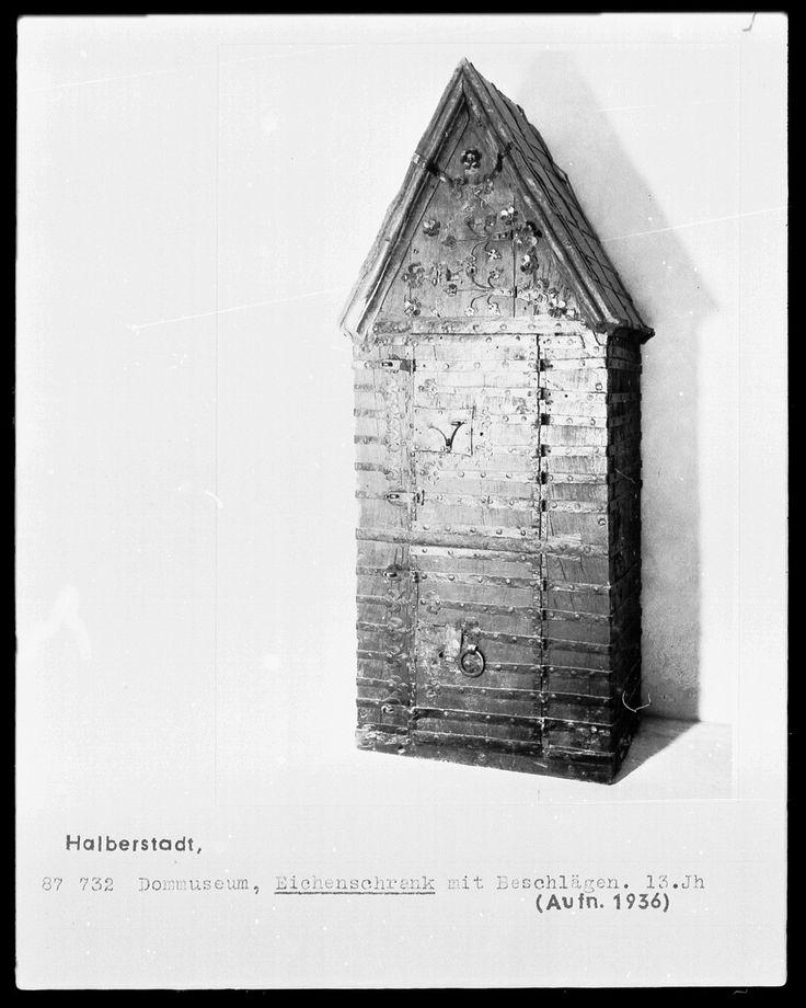Eichenschrank mit Eisenbeschlägen | Bildindex der Kunst & Architektur - Bildindex der Kunst & Architektur -