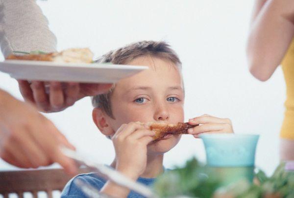Il 41% dei bambini ama il pollo! Qual è il modo migliore per cucinarlo al forno? E i trucchi per farlo mangiare insieme alle verdure ai bambini? Meglio il petto o la coscia? Quante volte alla settimana si può mangiare? 15 curiosità e consigli sul pollo.