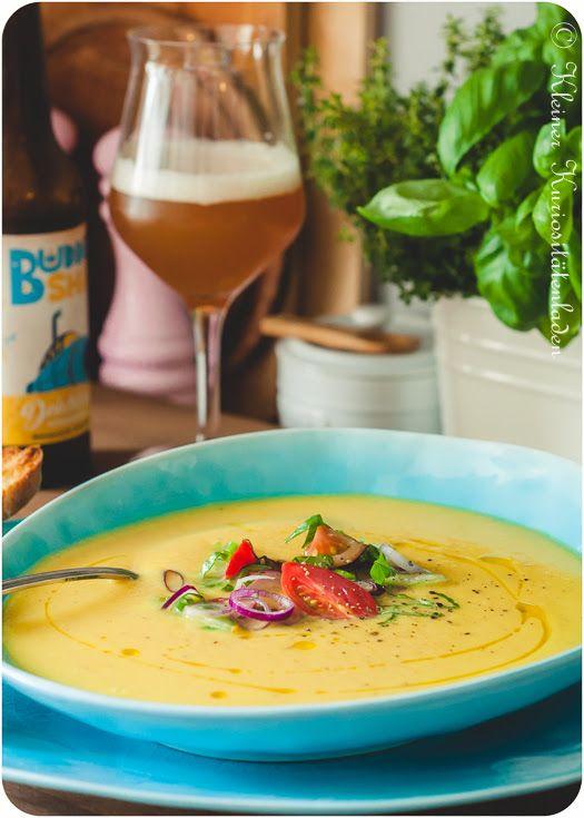 Gelbe Tomaten-Paprikasuppe mit Brotchips