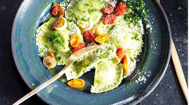 Recept på ravioli med nässlor. Ravioli med nässlor hittar man ibland i italienska menyer.Där används sedan gammalt många olika vilda örter i matlagningen.