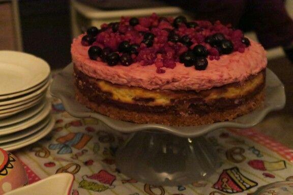 Drie lagen verwentaart brownie, cheesecake en frambozenmouse
