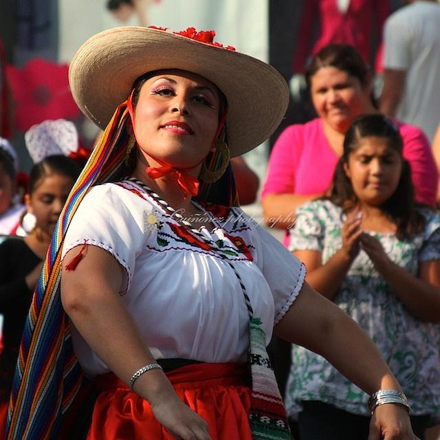 Bailes típicos en #Michoacan, con sus coloridos trajes tradicionales de #Mexico.