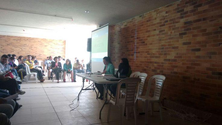 Así trabaja Aguas de Bogota SA ESP.   Socialización de actividades en el Conjunto Residencial Senderos de Castilla.  Se concientiza sobre la importancia del ecosistema pues son quienes generan al humedal Burro excretas caninas y residuos sólidos.