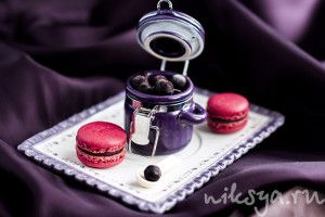 Pierre Herme Blackcurrant macaroons with creme de casis filling