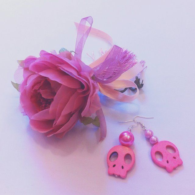 "#Orecchini con gancio in metallo argentato nickel-free con #perline sui toni del #rosa e del #fucsia e # teschi in tinta; fanno parte della mia collezione ""#Pink #Skulls"" che comprende anche una #collana #bracciale . #Gioielli originali #handmade #madeinitaly #Hook #earrings made in silver metal nickel-free with #beads in shades of #pink and #fuchsia and matching #skulls .They are part of my collection ""Pink Skulls"" which is made of a #necklace #bracelet. Original #jewels #handmade…"