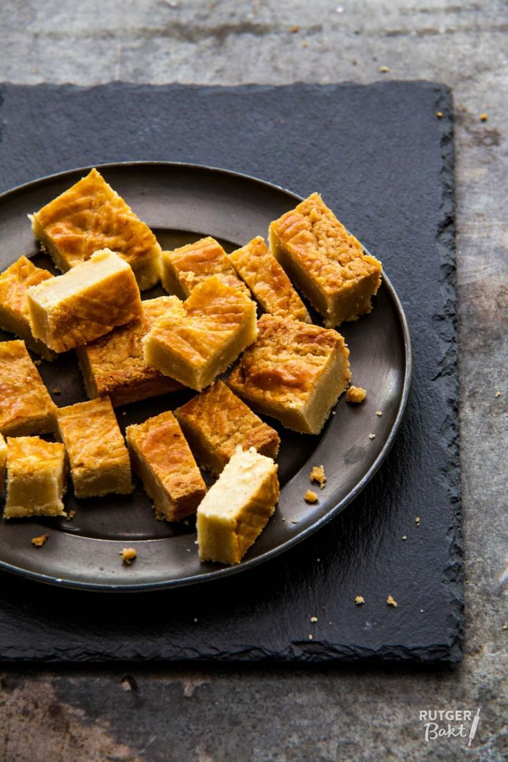 Net als die van de bakker is deze boterkoek binnenin heerlijk smeuïg en aan de buitenkant nog licht knapperig. Geniet van dit heerlijke boterkoek recept!