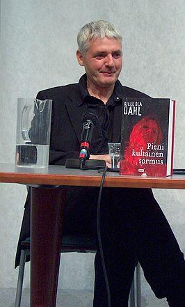 Kjell Ola DAHL (Gjøvik, Noorwegen 4 februari 1958) is een Noorse thrillerauteur. Hij woont met zijn vrouw en drie kinderen in Eidsvoll.