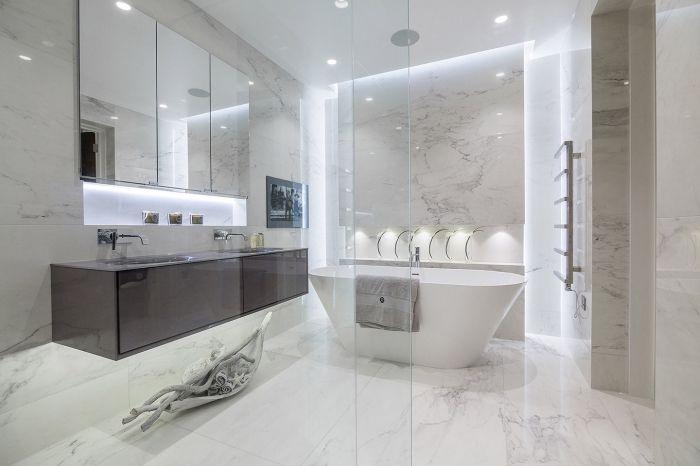 Badezimmer Gestaltungsideen Baddesign In Weiss Freistehende Badewanne Langer Waschbecken Grosser Spiegel In 2020 Badezimmer Bad Design Badezimmer Design
