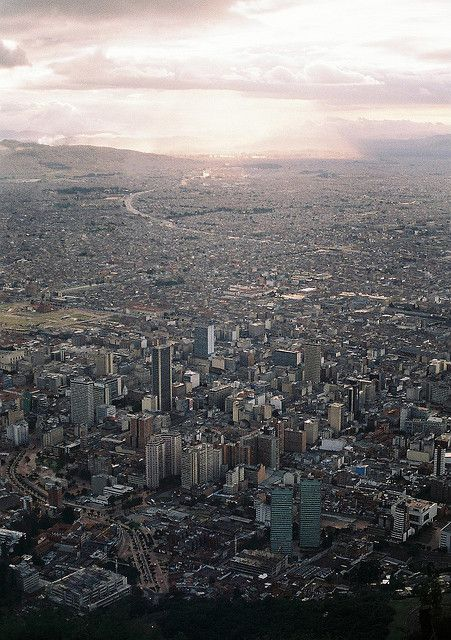 Bogotá, Colombia, Viven 9 millones de personas.