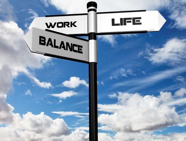 Een van de belangrijkste hedendaagse stressoren is werk. Werkstress loopt vaak door naar andere gebieden van je leven. Daarnaast kunnen ook problemen in je persoonlijke leven  een negatief effect hebben op je werk. privézaken die je mentaal meesleept naar je werk. Dit evenwicht tussen werk en privé wordt ook wel eens work/life-balans genoemd. Als werk en privéleven niet meer in evenwicht zijn, blijkt dit voor velen een grote bron van stress te zijn.