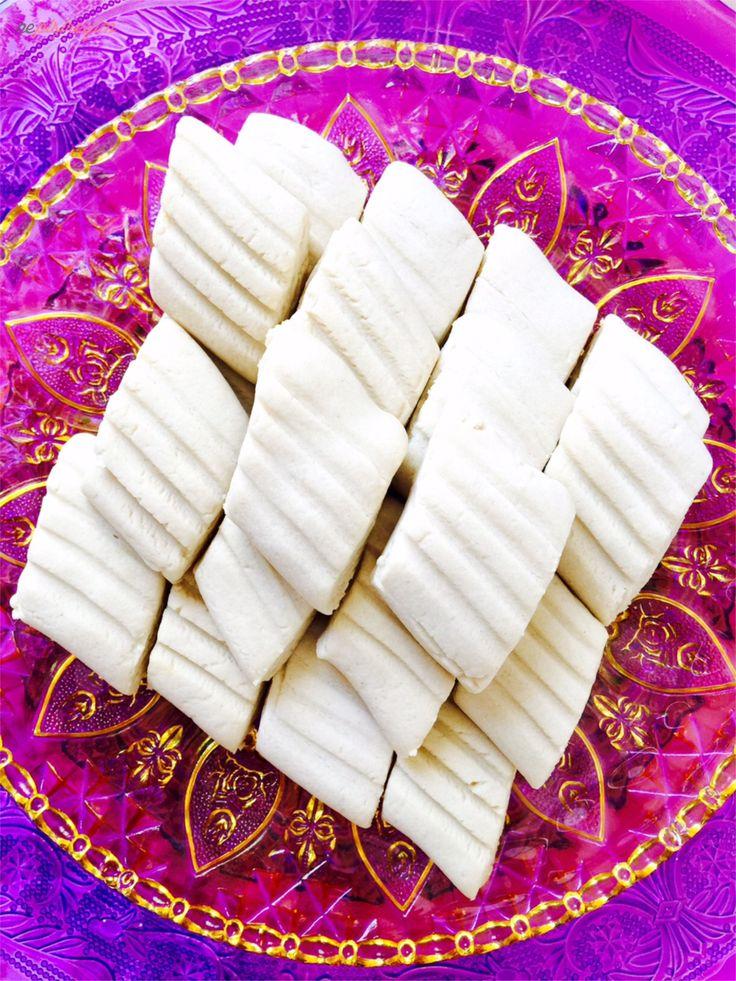 Un kurabiyesini yapmak için, derin bir kaba oda sıcaklığındaki margarini alalım ve pudra şekeri ile yoğuralım ardından un, kabartma tozu,nişasta ve vanilyayı ekleyelim. buzdolabında 30 dakika kadar dinlendirelim.dinlenen hamurumuzdan bir barça alalım ve rulo haline getirelim üst kısmından çatal ile geçip şekil verelim ve istediğiniz boyutlarda kesebilirsiniz.170 derecede önceden ısıtılmış fırında ortalama 15 dakika pişirmeniz yeterli olacaktır. fırından ilk çıktığında kurabiyeler yumuşak…