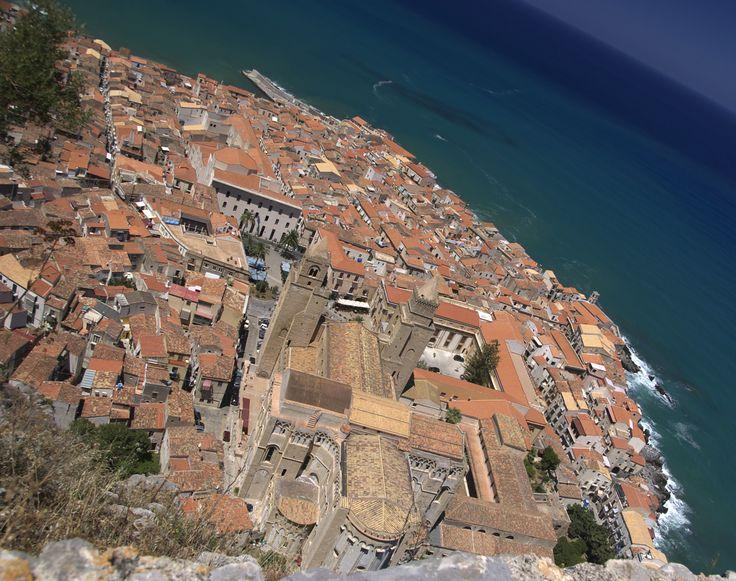Cefalù - Blick vom Hausberg - dem Rocca di Cefalù - auf Dom, Altstadt und Meer. http://www.trip-tipp.com/sizilien/ausfluege-stadt/cefalu.htm