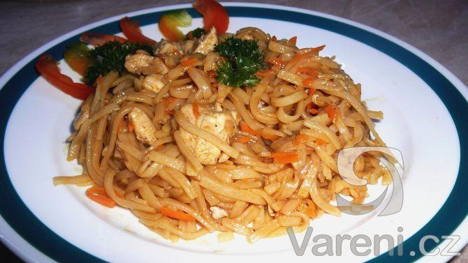 Rychlý a chutný recept na rýžové nudle s kousky kuřecího masa a mrkve.