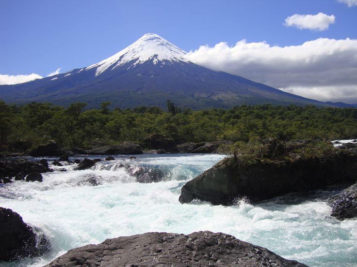 Saltos del río Petrohue, al fondo volcán Osorno