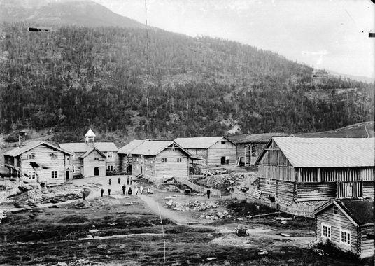 DigitaltMuseum - Gården Graffer, Garmo 07.07.1906. Kort : Lom, gården Graffer. Bolighus, driftsbygninger, personer