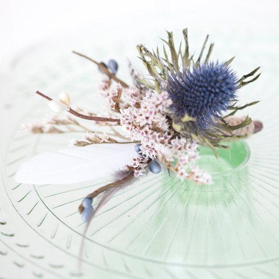 Die Boutonnière ~ Moderne Ansteckblumen für den Bräutigam ~ Achtung Federn!