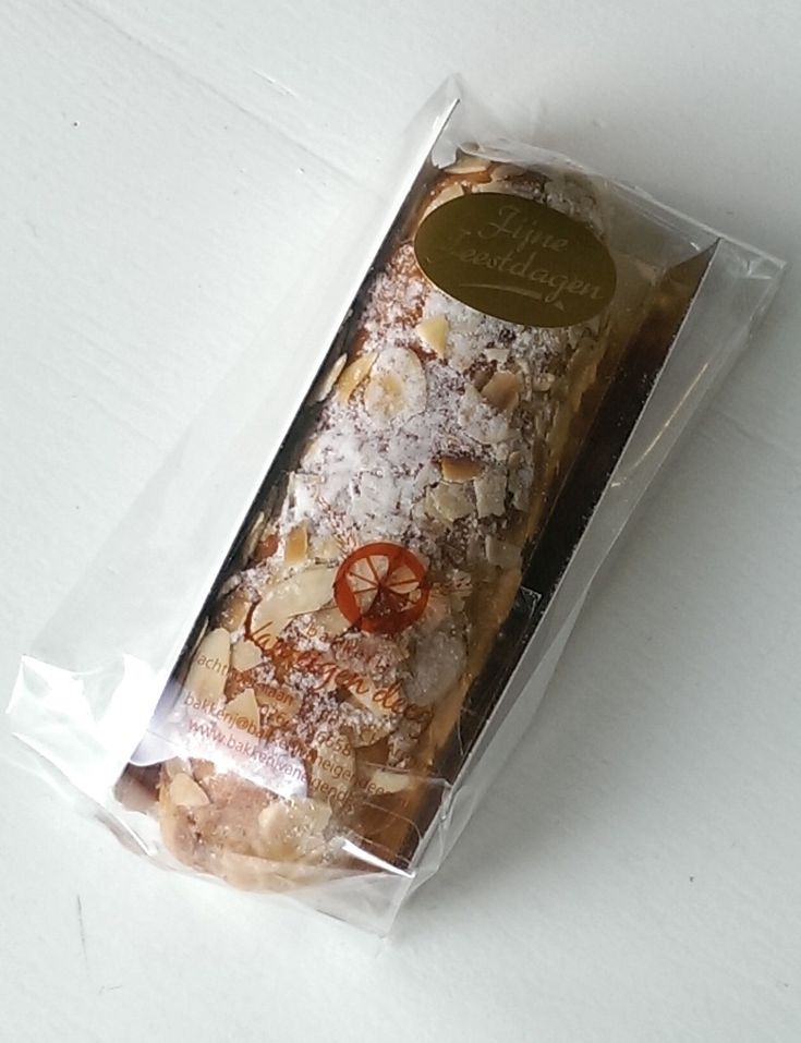 Een kleine kerststaaf gemaakt door een echte bakker. De staaf is circa 15 cm lang en weegt circa 125 gram.