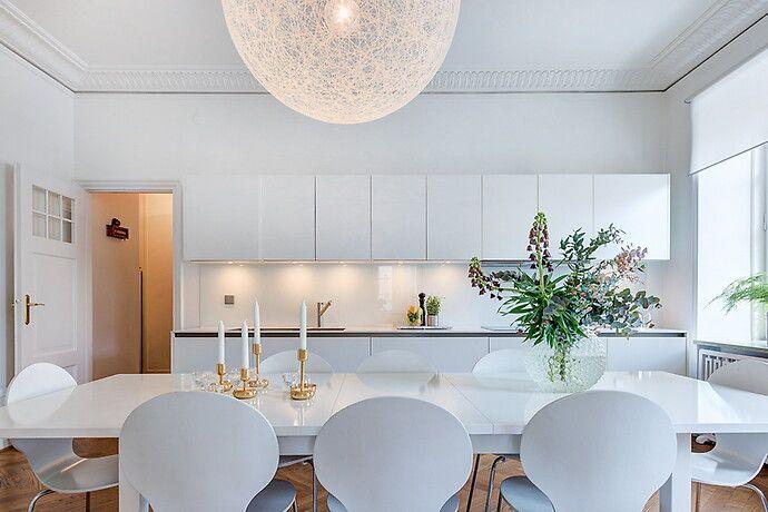 Stort öppet kök i klassiskt modern stil med matplats