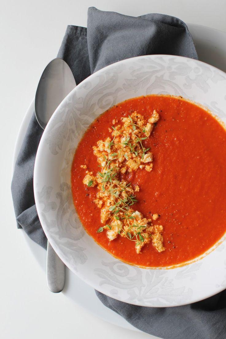 Essa é uma das sopas mais gostosas que eu faço. Adoro a acidez do tomate com o sabor do pimentão vermelho, que resulta em uma sopa creme...