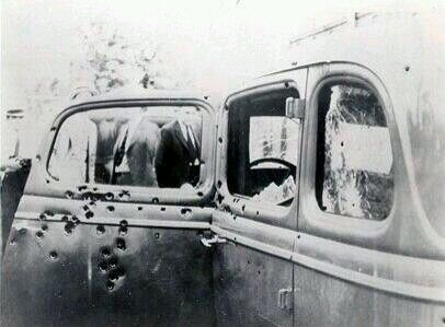 Estado en el que quedó el coche de Bonnie y Clyde después del tiroteo que acabó con sus vidas.