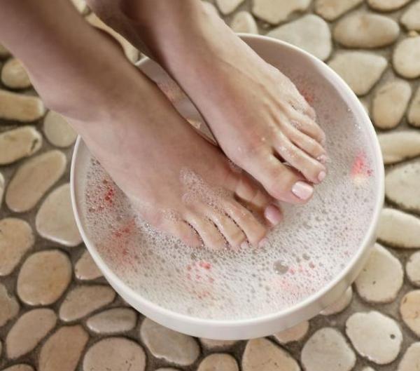 Remédios caseiros para o suor nos pés. A sudorese excessiva nos pés ou hiperidrose é incômoda em uma infinidade de ocasiões para quem sofre dela e é necessário tomar algumas atitudes para reduzi-la. Existem alguns remédios naturais que pod...