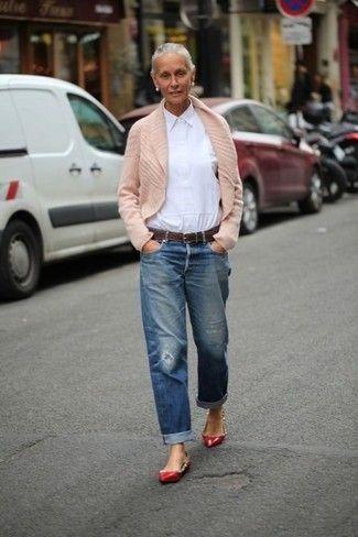 cardigan beige chiaro con collo sciallato, camicia da lavoro bianca, jeans boyfriend blu con effetti distrutti