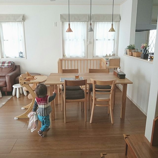 女性で、のダイニング/ペンダントライト/ナチュラルインテリア/ベビーベッド/リビングダイニング…などについてのインテリア実例を紹介。「イベント参加用に☆  タオル好きの息子1歳。 この後ランチョンマットを引っ張ってお茶がこぼれるの図…(´д`|||)」(この写真は 2016-05-07 22:07:46 に共有されました)