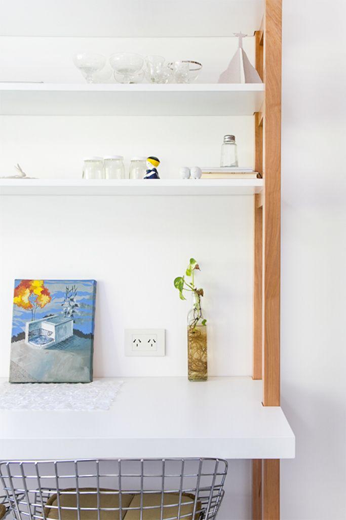 Detalle de mueble de guardado en cocina y comedor diario en laca blanca y lenga con lustre mate. Sillas bertoia.